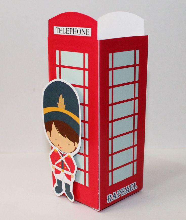 Caixa Cabine Telefônica London com aplique de Soldadinho, impressa em papel glossy 240g em alta definição, fica perfeita em sua decoração podendo colocar dentro bombons ou docinhos.