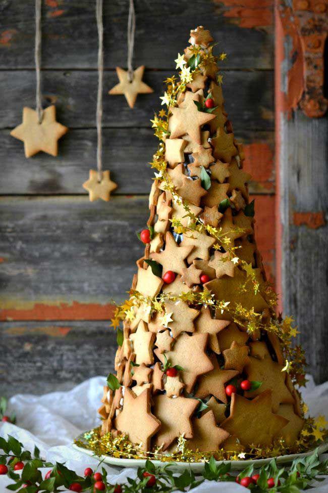 Que tal montar uma árvore de biscoitos para decorar a mesa da ceia? A receita dos biscoitinhos natalinos você confere no site da Julia Petit.