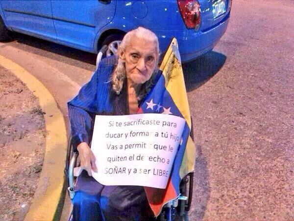Seguid el ejemplo que la anciana da de protestar por sus derechos
