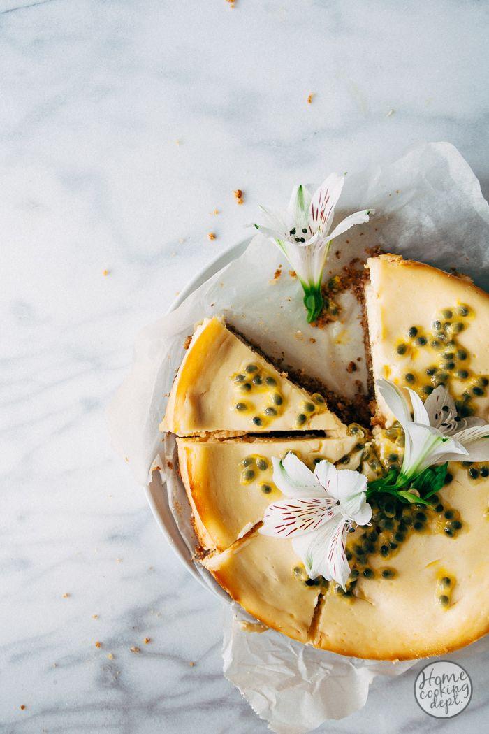 Heerlijk mango cheesecake recept. De koekkruimbodem heeft een laagje witte chocolade, daarop een mengsel van mango en roomkaas, en bovenop passievrucht!
