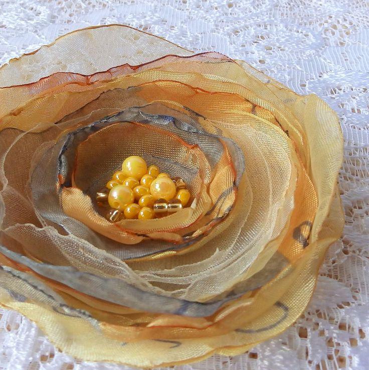 Celine Brož nebo spona do vlasů, zdobená korálky. Průměr je 9 cm. Květ je přidělaný na univerzálním brožovém můstku, takže jej můžete použít jako sponu do vlasů, nebo jako brož. Jako bonus ke každé květině dostanete zdarma skládanou origami krabičku.