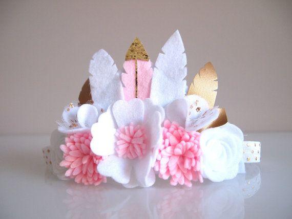 Couronne de fleur plume Kirei Luxe plage adapté pour un petit à ladulte pour toutes les occasions - anniversaire, fête, événements spéciaux, mariage, demoiselles, photo pousses etc. ******************************** La caractéristique de cette couronne qui comprend des plumes de feutre or / argent et laisse avec blanc et rose pastel se sentaient les fleurs, sont doublées en feutre base mesurée à 6 pouces de long (environ 15cm). Ourlet sur élastique (FOE) est cousu à lextrémité de la base…