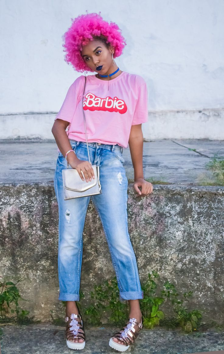 Desafio CH: bombe o look jeans + t-shirt com sandália metalizada | Capricho
