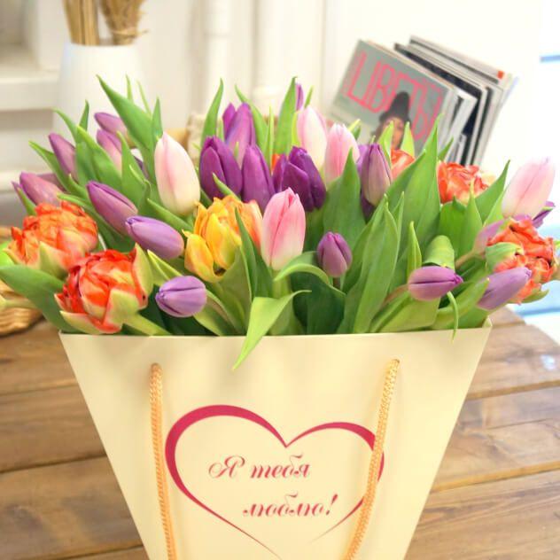 Весенняя композиция из тюльпанов