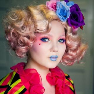 Effie Trinket is de begeleidster van district twaalf en begeleid Katniss en Peeta. Ze is altijd heel erg kleurrijk gekleed en haar make-up en haar haren bestaan uit allerlei verschillende kleuren.