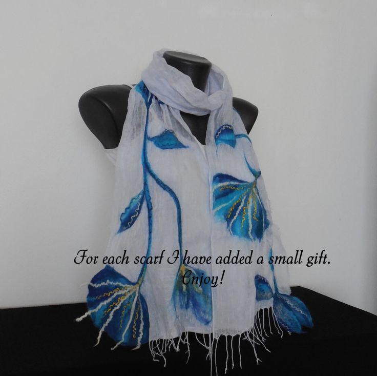 Handgemaakte witte en blauwe sjaal, lang wol Wrap, Nuno Gevilte sjaal, lichtgewicht omslagdoek, witte Wrap, katoen of zijde vilten sjaals, Womens Wrap door DjenkaScarves op Etsy https://www.etsy.com/nl/listing/472233531/handgemaakte-witte-en-blauwe-sjaal-lang