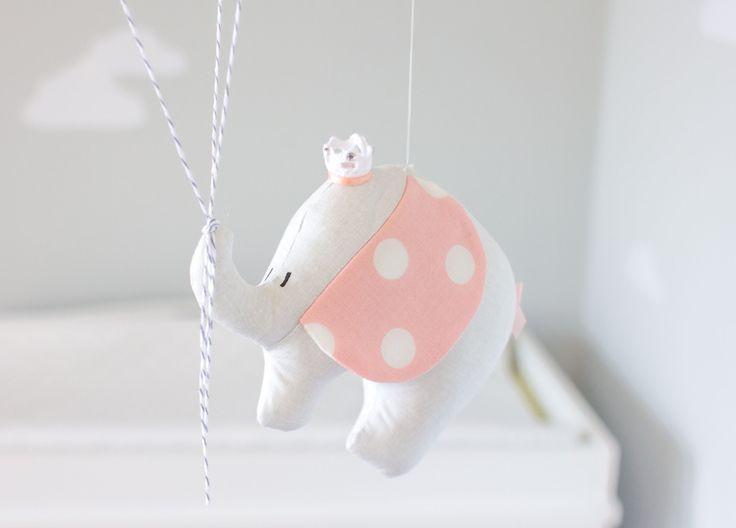 Rosa Elefant Baby mobile, Kinderzimmer Dekor für einen Reise-Thema-Kindergarten. Ein wenig Reisen Elefant schweben Abenteuer weit hängend auf 3 kleine Luftballons. Eine perfekte Ergänzung zu Ihrer Reise oder Zirkus Thema Kinderzimmer Dekor. Der kleine Elefant und Luftballons sind alle handgefertigt aus Stoff und aufgereiht auf einem hölzernen Dübel mit eindeutige Zeichenfolge. Fertig mit zwei kleinen Wolken und oberen Ammer Flaggen. Die kleinen Wolken können personalisiert werden, mit einem…