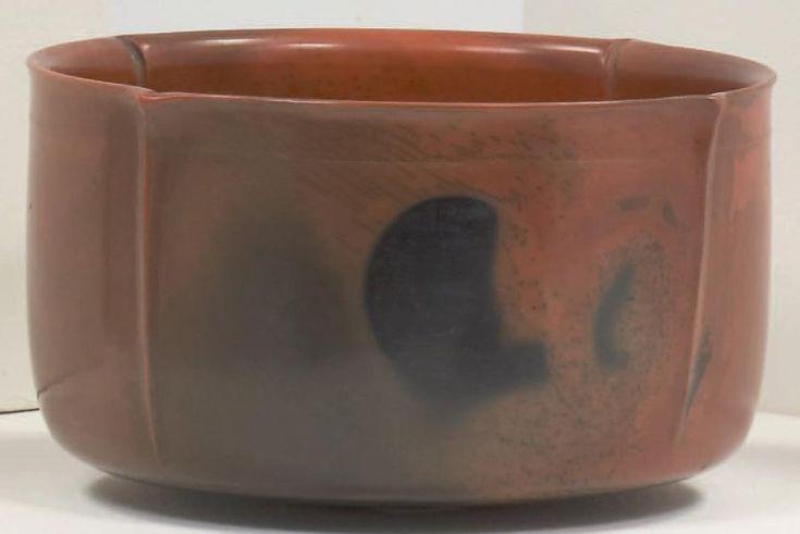 BAYLE Pierre (1945-2004)    Bol Terre sigillée tournée, engobée et enfumée. Signée, référencée: 92.3.88. Haut.: 12,5 cm - Diam.: 23 cm