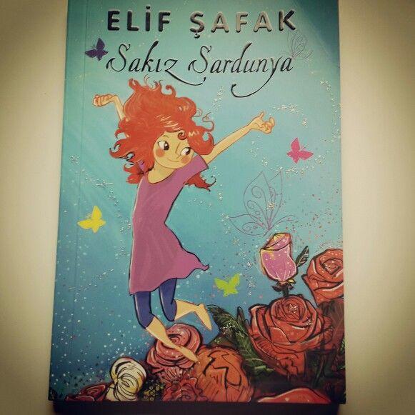 Elif Safak- Sakız Sardunya  8+ yaş çocukları ve yetişkinler için yazılmış.  Rahat anlatımı,  konusu ve çizgileriyle kütüphanede olmasi gereken bir kitap.  www.cocuklagezin.com