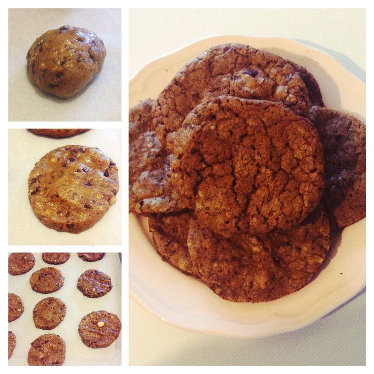 Cookies cioccolato fondente e nocciole http://cuciniamo.mammeonline.net/cookies-al-cioccolato-fondente-e-nocciole/