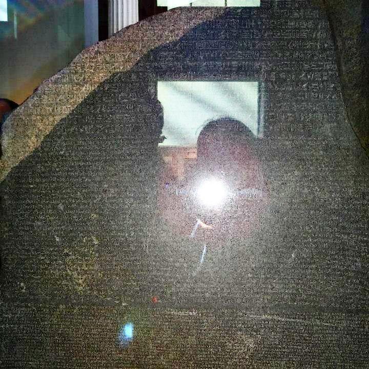 Hieróglifo ou hieroglifo é cada um dos sinais da escrita de antigas civilizações tais como os egípcios os hititas e os maias. Também se aplica depreciativamente a qualquer escrita de difícil interpretação ou que seja enigmática. Quem decifrou os hieróglifos egípcios foi o linguista francês Jean-François Champollion. Ele usou como base a Pedra de Roseta um #texto do Antigo Egito escrito em hieróglifos grego e demótico egípcio num grande bloco de granito (com isso pôde comparar os símbolos com…