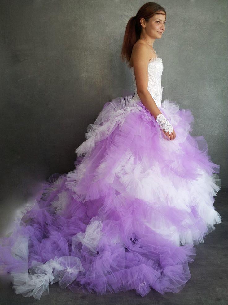 robe de mariée lilas dentelle et tulle avec des papillons