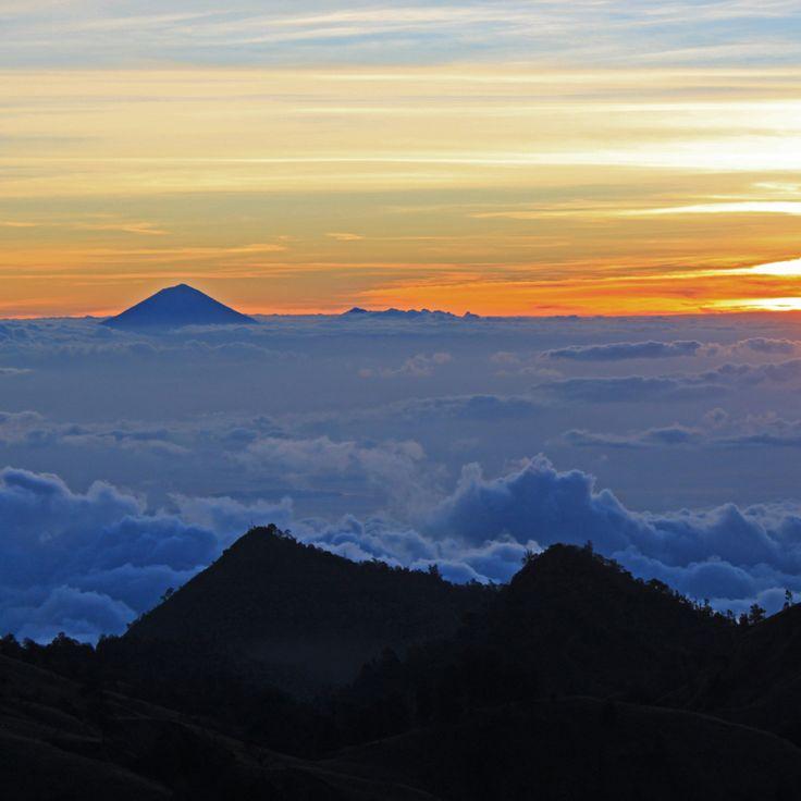 This kind of sunset again (taken seconds before the last one). Mount Rinjani Lombok ; this time with Mount Agung on the horizon #sunset #sunsetporn #mountains #volcano #skyporn #skyline #hiking #trek #trekking #gunung #pendaki #lombok #bali #indonesia #wonderfulindonesia
