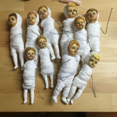 In this course students will learn how to sculpt good hands and bare feet in air dry clay fitting a 7 cm doll head. The teacher will prepare and bring base forms to work on.