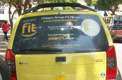 #SMARTFIT - #RIODEJANEIRO - #CARTAXI    No Rio de Janerio, a Smart Fit também esteve presente nos vidros traseiros dos táxis, divulgando a inauguração da unidade da Barra da Tijuca