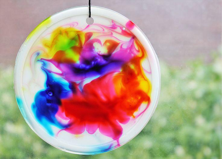 Art for Kids: Cosmic Suncatchers. Un poco de todo: pintura, reciclaje de tapas de plástico... Para disfrutar mientras se hace y mucho también después. Sencillez con grandes resultados.