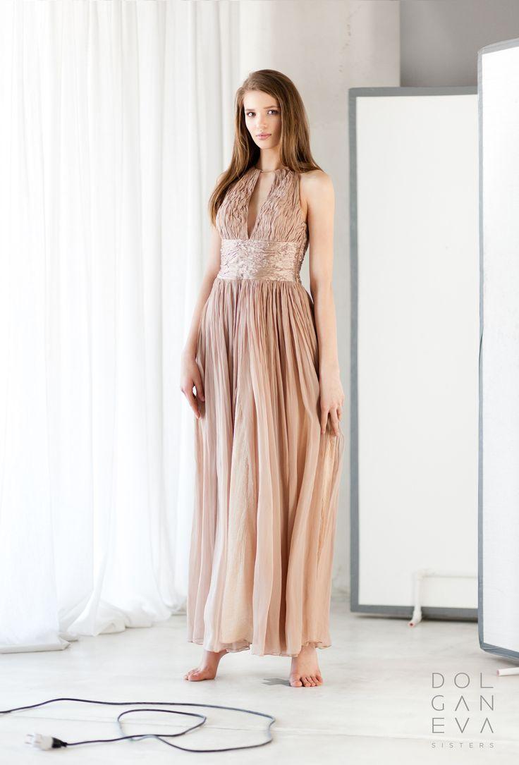 Платье бестселлер, выполненное из шелка, крэшированного ручным способом. Bestseller dress made of silk