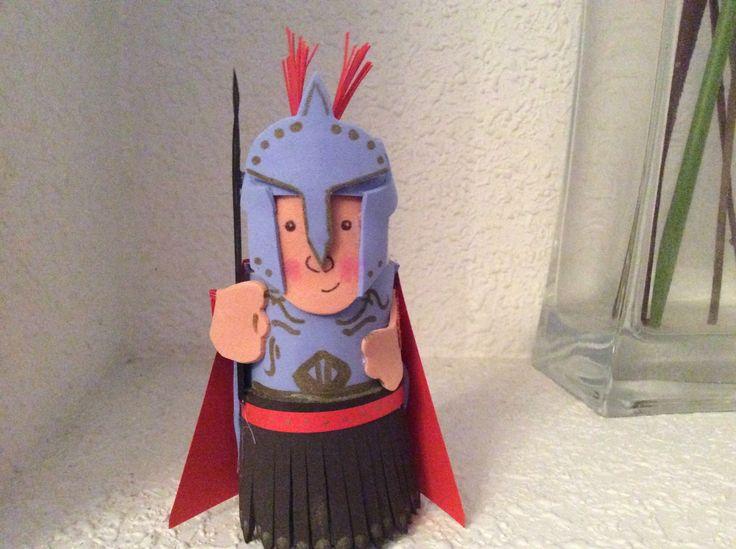 Soldado romano portal de Belén. Goma Eva, cartulina y rollo de papel.