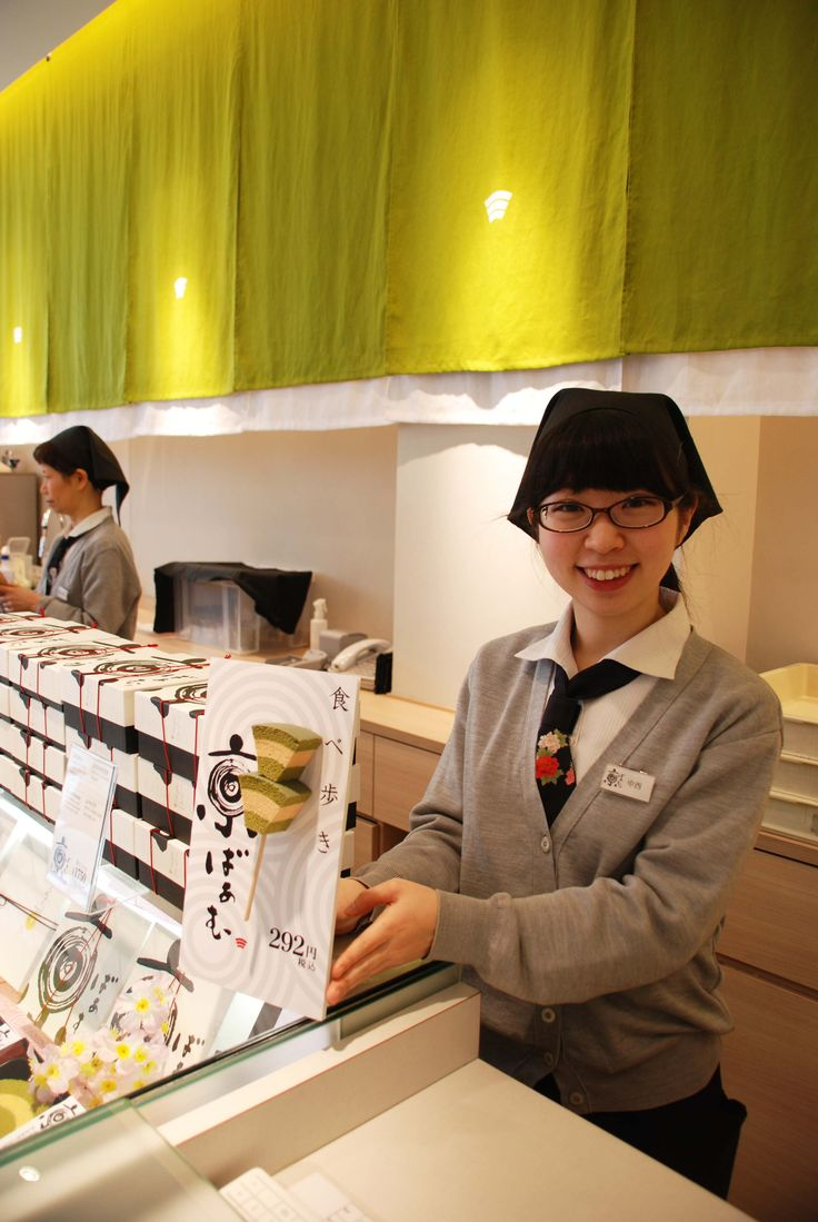 「食べ歩き京ばあむ」はいかがですか?京ばあむ祇園北店での限定商品をご紹介しましょう! 食べやすい大きさにカットされた京ばあむが2切れ棒に刺さっているお手軽な「食べ歩き京ばあむ」。四条通りを散策して、ちょっとお腹が空いたな〜という時にお手頃サイズです。京ばあむの抹茶の風味と、ふわふわ感をお試しいただけると思いますよ。美味しかったら・・・ぜひッお土産におひとつ! あ!お着物姿がステキなお客様がいらっしゃったので、思わずお願いしてパチリ☆京都観光楽しんでくださいね。