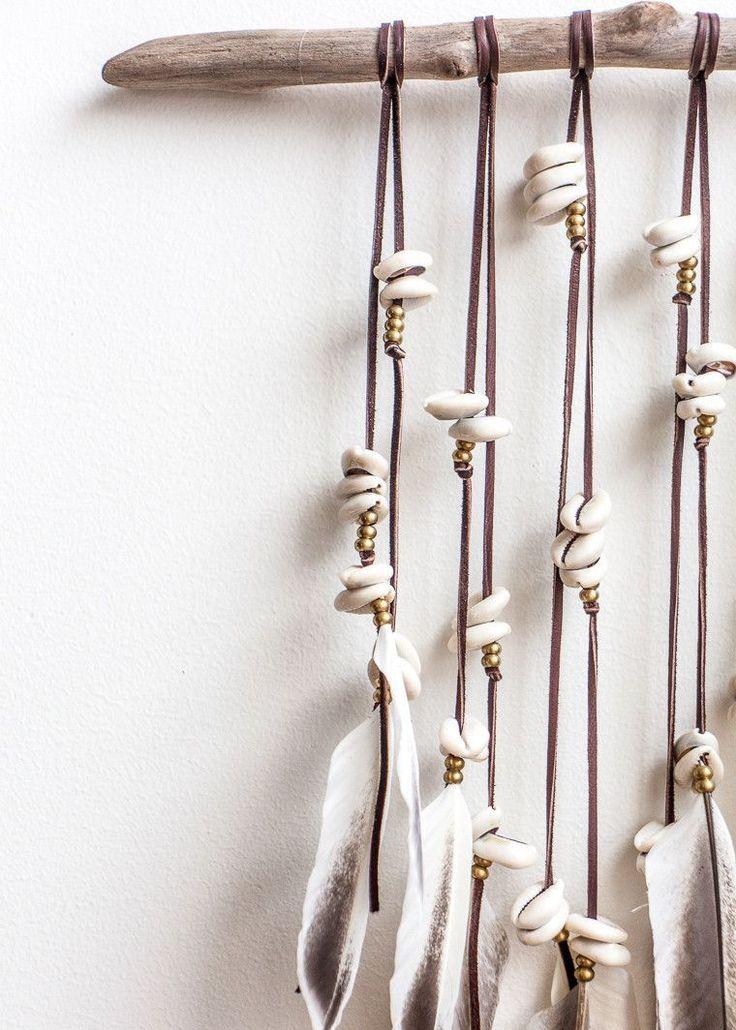 Idée mobile: bois flotté, liens de cuir, coquillages, perles et plumes - DIY idea - Pacifico Wall Hanging by SoulMakes