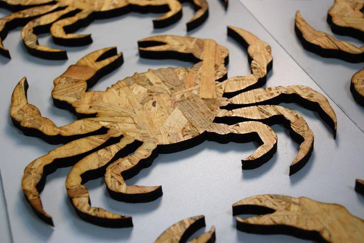 Madera de viruta cortada con láser con forma de nécora. Cut láser. Corte láser.