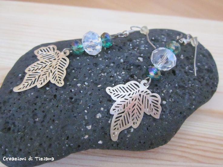 Orecchini con pietre dure bianco trasparente, verde e foglia in metallo