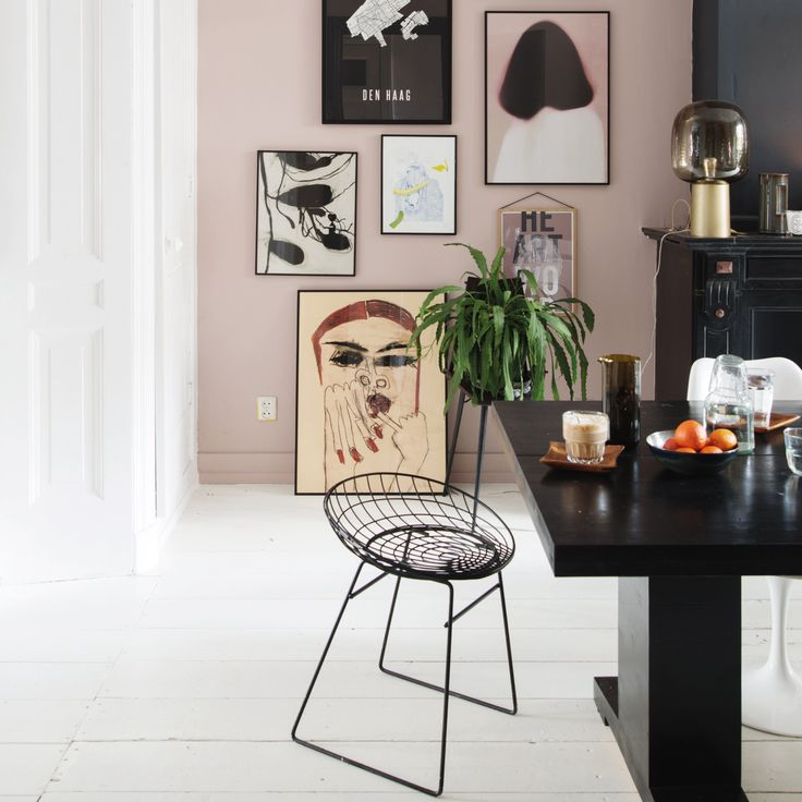 De Pastoe KM05 kruk is een verrassend ontworpen kruk die prachtig staat aan een bureau of naast het bed in de slaapkamer. De draadconstructie geeft het ruimtelijke effect waardoor de kruk in iedere kamer tot z'n recht komt.