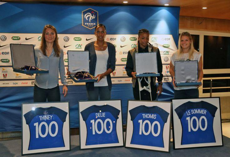 Les joueuses ayant franchi le cap des 100 sélections en Equipe de France féminine ont été honorées mardi 20 septembre en marge du match France-Albanie en éliminatoires de l'Euro féminin 2017 au Stade Charléty.