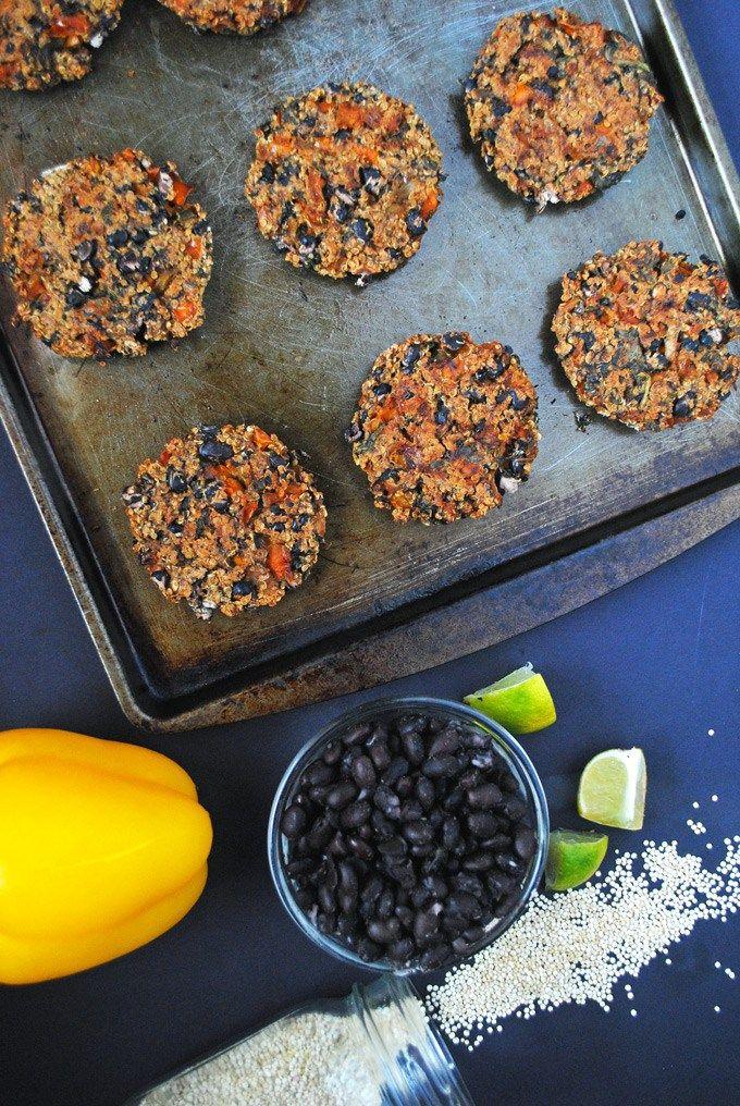 Fáciles de quinua hamburguesas de frijol negro al horno que están llenos de proteína vegetal y perfecto para comidas al aire libre al final de la verano!