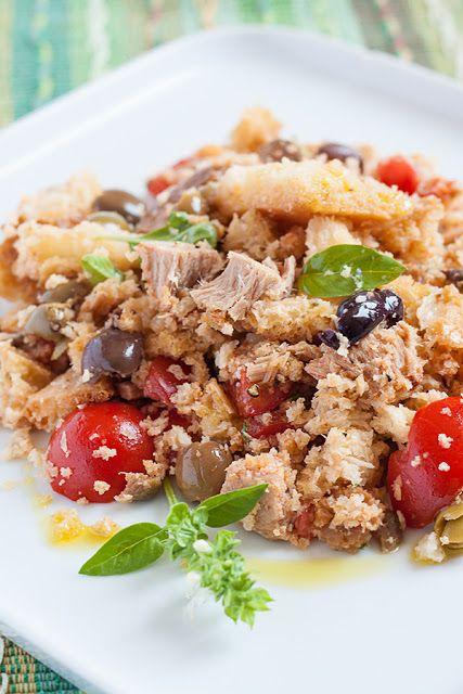 Tuscan bread salad with tomatoes, olives, tuna and fresh herbs - Insalata di pane ricca con pomodori, olive taggiasche, tonno e erbe.  #italianfood #tuscany #summerrecipe