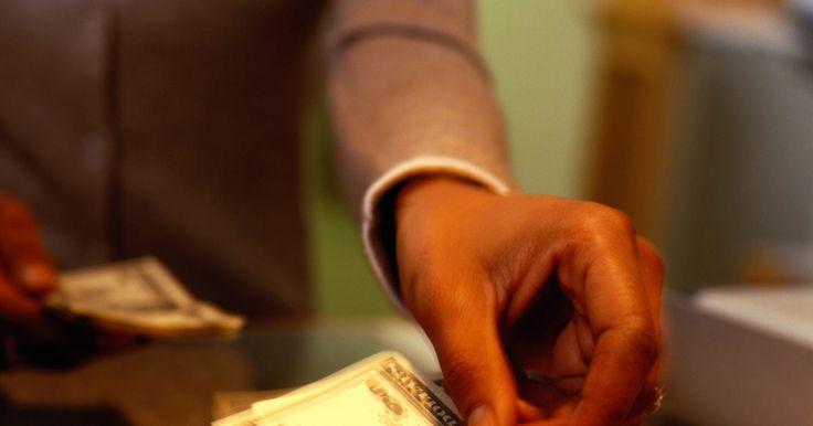 Salario de un cajero de banco de nivel de entrada. A pesar de que los cajeros de banco manejan un gran cantidad de dinero en un día, no consiguen llevar a casa mucho. En una posición de nivel de entrada, los cajeros de banco son los empleados por hora y sus salarios se basan en el banco para el que trabajan y la ubicación. Aunque los bancos de las grandes ciudades pueden pagar un poco más que los ...