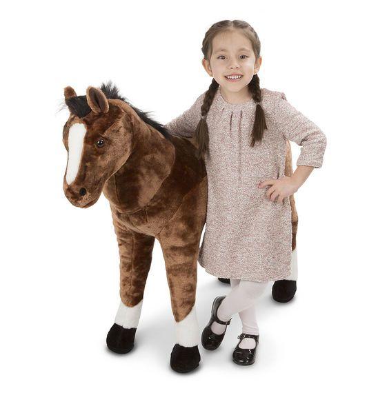 Dit prachtige grote pluche paard van Melissa and Doug is voorzien van een bles op het voorhoofd en 4 witte sokjes. Het pluche paard is bijna 1 meter hoog en is een geweldige aanvulling in elk interieur. Het knuffel paard is niet bedoeld om het gewicht van een kind te dragen. Aan elke authentieke details zijn gedacht en is gemaakt van een zeer uitstekende kwaliteit. Garant voor jaren lang plezier van dit prachtige pluche paard.