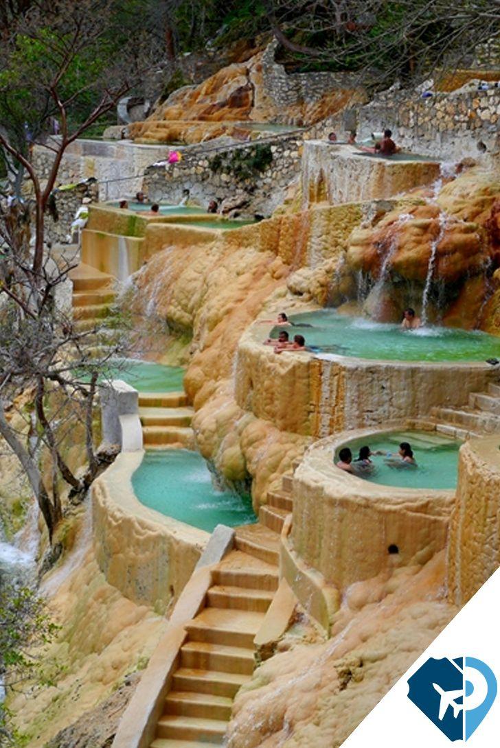 La oferta de atractivos que México tiene para ti no se limita a las playas del Caribe o a las ruinas prehispánicas.  Las Grutas de Tolantongo es un auténtico balneario natural en México.