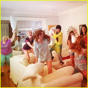We Wish We Were in This 'Pitch Perfect 2' Cast Pillow Fight!