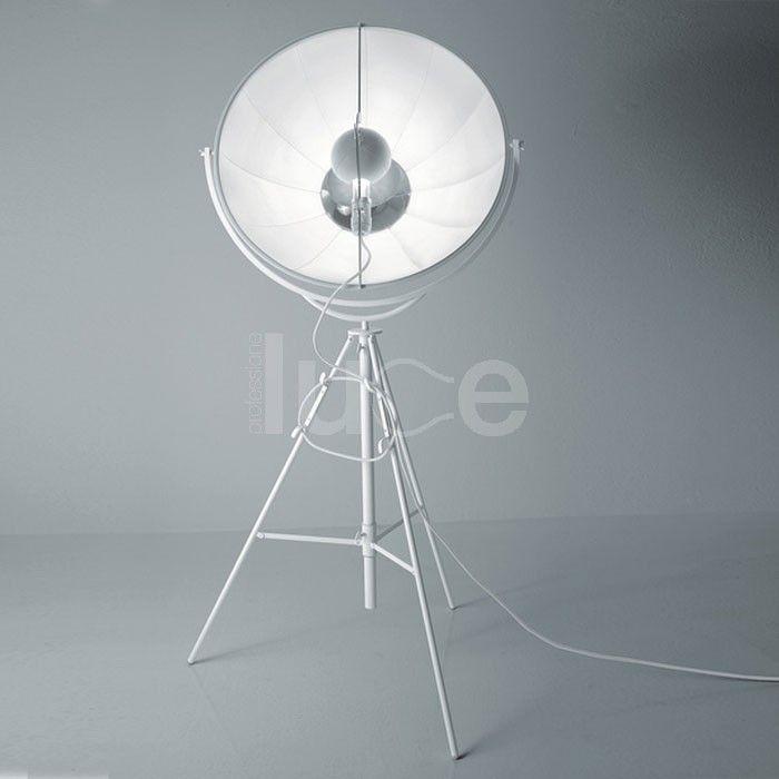 Fortuny è una lampada da terra con struttura in profilato a C, piatto trafilato e tubo d'acciaio. Verniciatura a polveri epossidiche nero, bianco o titanio.  Dotata di lampadina ad incandescenza a 500W, flusso luminoso 8400 Im e lampadina da 300 W, flusso luminoso 4600 Im ( durata lampadine 1000 h.).  Attacco E40, 230/110 V.Fortuny è una lampada da terra considerata un'icona contemporanea e intramontabile!