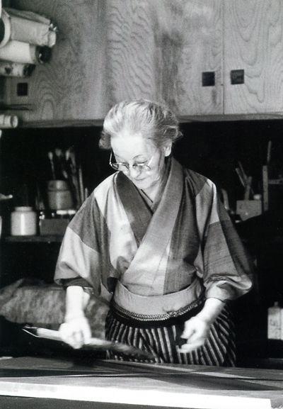 Japanese calligrapher and artist, Toukou SHINODA (1913~) at work. 篠田 桃紅