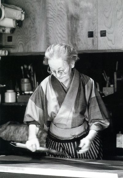 Japanese calligrapher and artist, Toukou SHINODA (1913~) at work. 篠田 桃紅