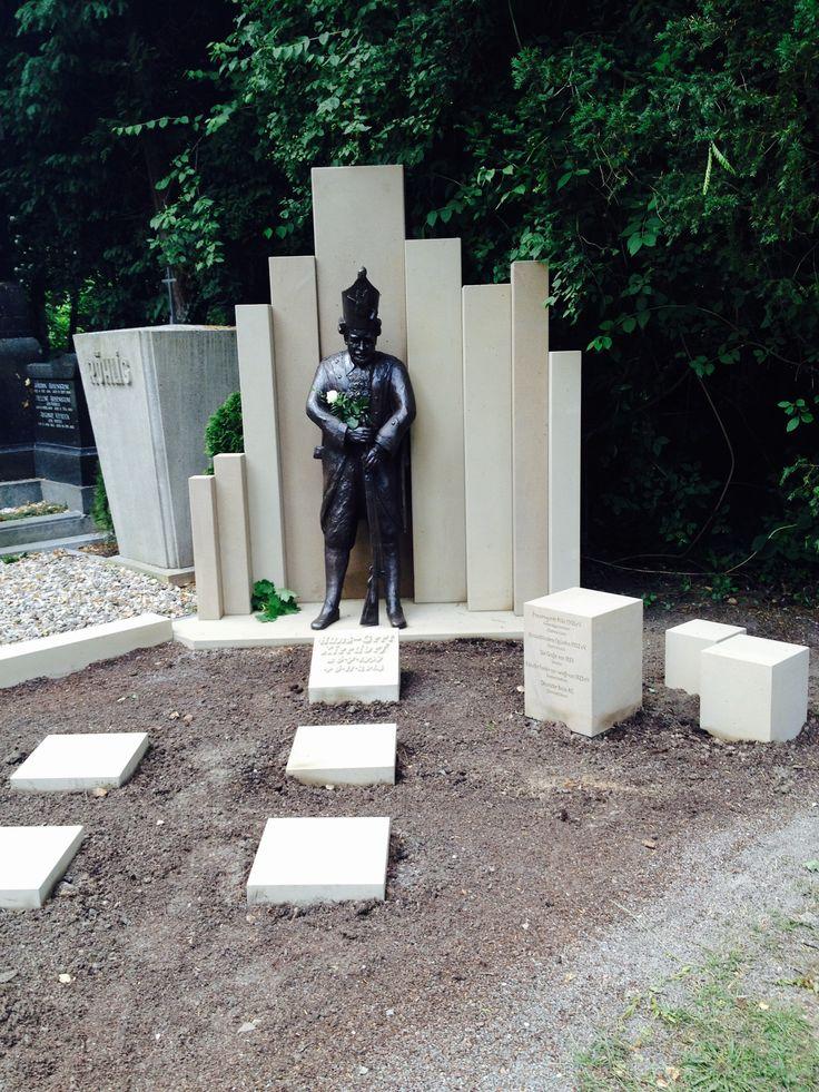 #Melatenfriedhof #Köln. Echt jeckes Grab eines engagierten Karnevalisten.