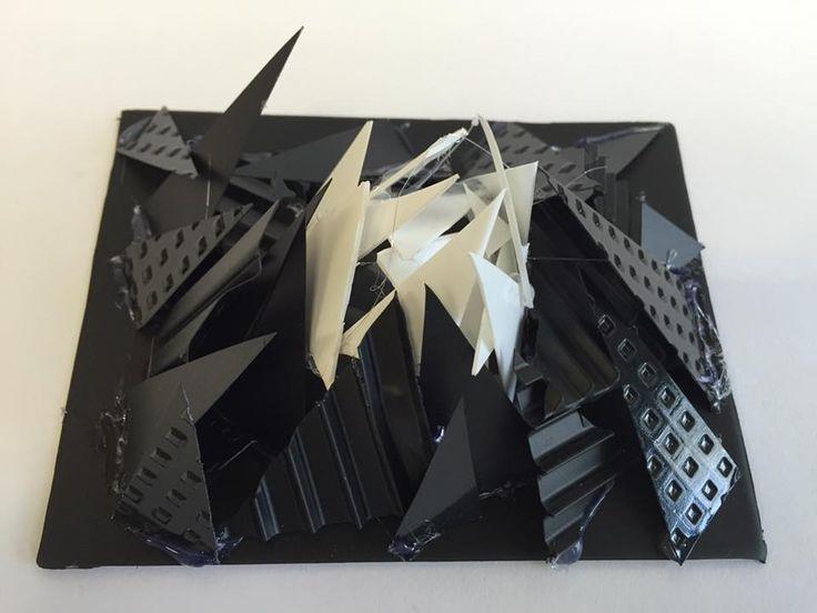 KU1, modernismi, abstrakti taide, sommittelu (tasapaino, painopiste, rytmi). Veistoksia kierrätysmatskuista, lähinnä pakkausmateriaaleista. Opiskeltiin huolella noita sommittelujuttuja (eli tasapainon ja painopisteen luomista sekä rytmiä). Sitten ohjeena oli, että materiaaleja pitää oikeasti työstää ja muokata; katsojan ei tule ensin ajatella että tuossa on muovipurkin kansi, vaan mielenkiintoisen muodon tulisi ensin napata huomio. Jos niin halusi, niin spray-maalia päälle yhtenäistämään…