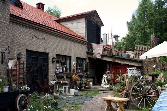 Vihdin Nummelassa vanha navetta on saanut uuden elämän vanhojen tavaroiden aarreaittana.