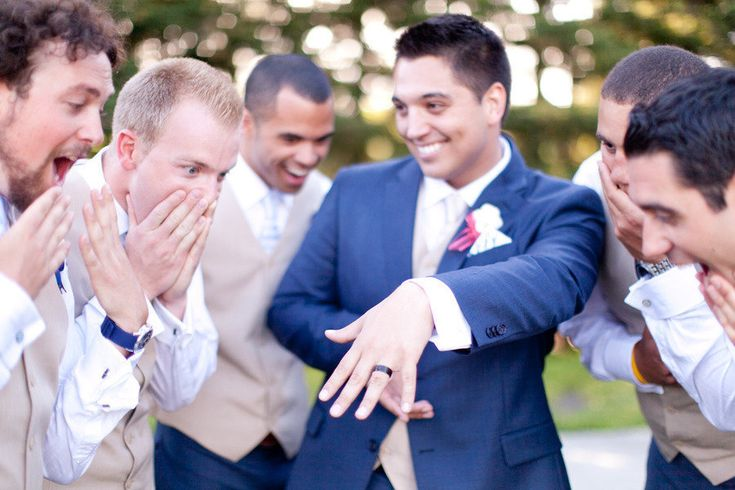 Si quieres que todos comenten lo divertido que es tu anuncio de boda, ficha estas ideas de fotos divertidas con tu anillo de compromiso.