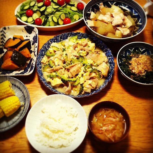 夕飯はゴーヤチャンプルー、冬瓜と豚肉の煮物、サラダ、モロヘイヤのおかかポン酢、とうもろこし、かぼちゃの煮物、白菜とベーコンの味噌汁でした。今日はサラダは長女が全部作ってくれて、息子がそれ以外の料理で使う全ての野菜を切ってくれました。子供達が包丁で切る時に見ていると怖くなって、手を出したくなるので見ないようにしています(笑) - @chiyo438 | Webstagram