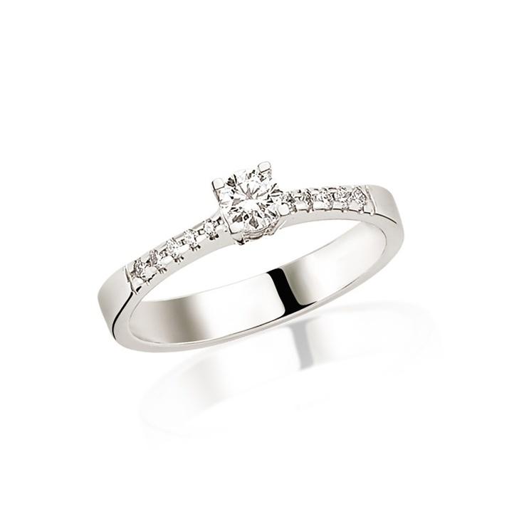 Din aur alb de 18K, cu diamant de 0.30 carate si multe alte pietre dispuse imprejur, inelul de logodna LRY188 cucereste instant.   Aici http://www.bijuteriilarosa.ro/inel-logodna-lry188 mai multe detalii si pret.