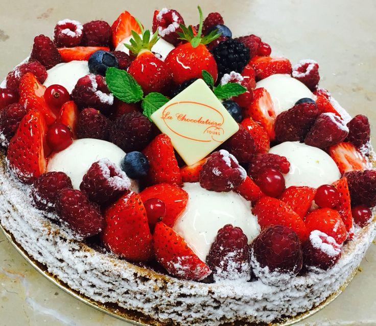 Sablé breton, marmelade de framboise, ganache montée chocolat blanc vanille, fruit rouge frais et goûteux!
