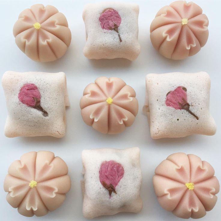 いいね!2,438件、コメント23件 ― ユイミコ謹製抜き型つき「はじめての和菓子」さん(@cawaii_wagashi)のInstagramアカウント: 「練り切りの「桜」と焼き皮生地で桜餡を包んだ「花衣」 #和菓子#和菓子作り#手作り#お茶会#練り切り#ユイミコ#かわいい和菓子#cawaii #wagashi #sweets…」