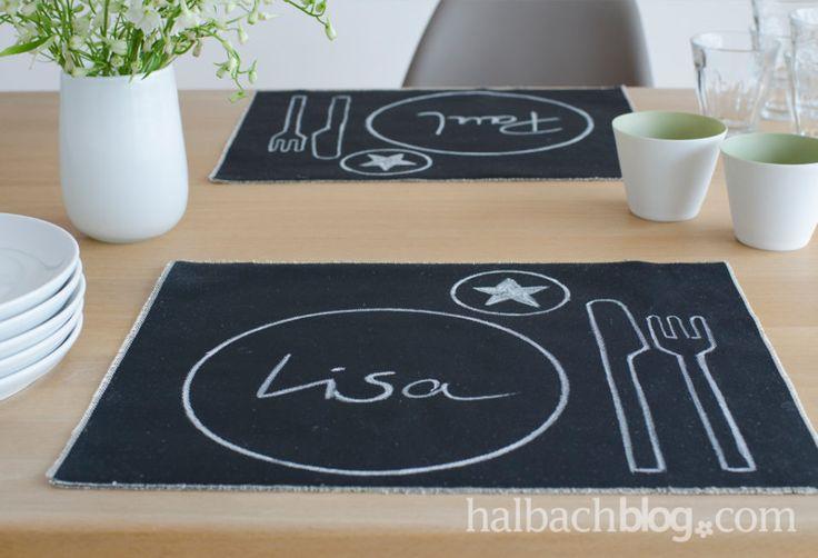 DIY-Idee halbachblog: Tischset aus schwarzem Halbach-Tafelstoff mit Kreidezeichnungen und Kreideschrift