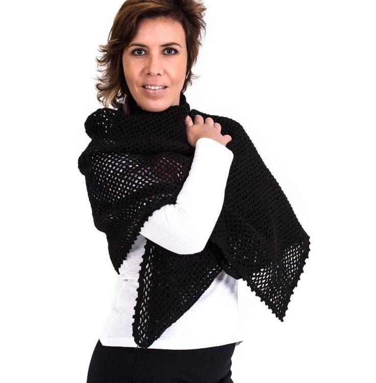 Bufanda elaborada artesanalmente con lana sintética formando un rectángulo hecho en crochet con la técnica de malla en forma de arcos, rematada con puntilla en forma de picos.