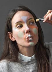 Schritt 4 Gelb:Eigentlich brauchte ich nur einen kleinen Tupfer Gelb an der Innenseite vom Auge. Um aber zu zeigen, dass man Schatten unter den Brauen auch aufhellen könnte, habe ich diese ebenfalls gelb bemalt – bereit ist das Kunstwerk, das meinen Teint ebnen soll! Natürlich kann man die Farben auch einzeln einsetzen, ganz nach den persönlichen Bedürfnissen.
