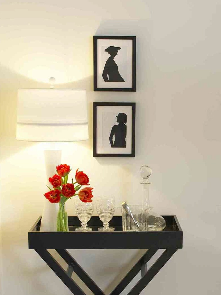 like the idea of a tray/entry table: Trays Tables, Simple Trays, Decor Ideas, Red Flower, Tables Entryway, Home Decor, Decoracion Ideas, Entryway Inspiration, Folding Trays