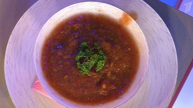 Гаспачо. Холодный суп. Как готовить? 1. Очистите помидоры и огурцы от кожицы, нарежьте дольками и сложите в чашу блендера. 2. Разогрейте томатную пасту, положите к овощам и измельчите все в пюре. 3. Добавьте нарезанные перец чили, чеснок, репчатый лук и лимонный сок по вкусу. Еще раз взбейте блендером. 4. Поместите суп в холодильник на 5-6 часов.   >Ингредиенты: помидоры – 500 г огурцы – 250 г красный болгарский перец – 200 г репчатый лук – 100 г чеснок – 1 зубчик перец чили – 1/2 шт…
